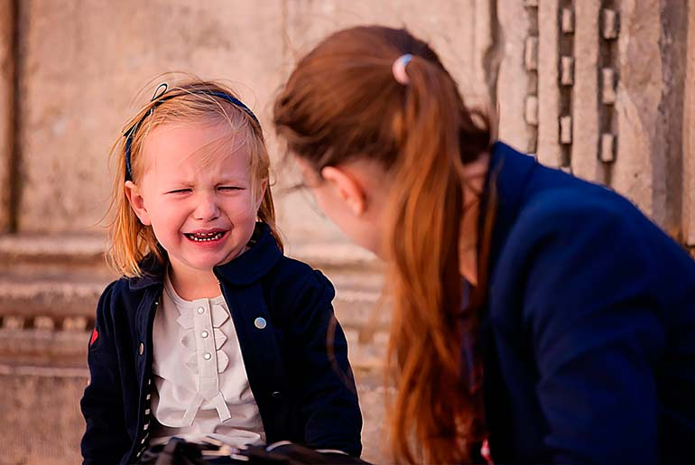 ребенок-плачет-мама-игнорирует